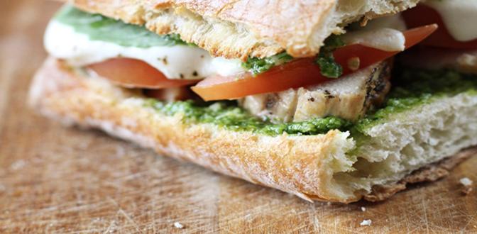 Sándwich de pollo al pesto